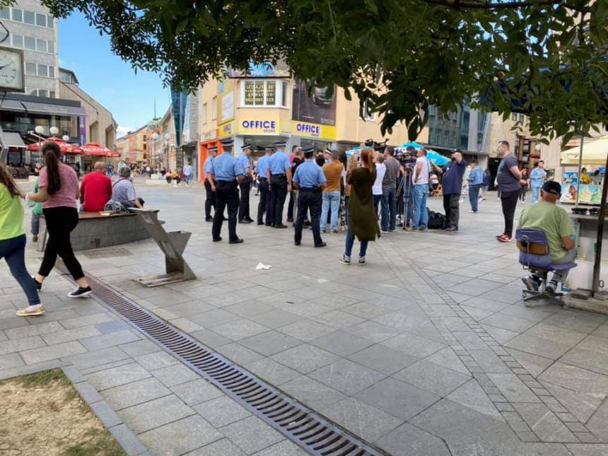 Policija uhapsila članove Pravde za Davida zbog obraćanja medijima na Trgu Krajine (VIDEO)