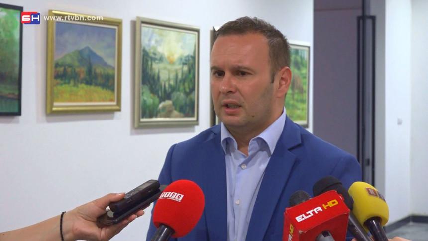 """Ćosić """"poziva"""" penzionere: Prodajite kukuruz da pojačate budžet?! (VIDEO)"""