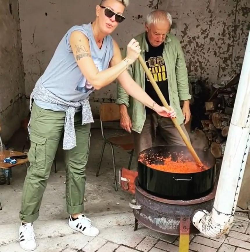 Тијана Дапчевић са татом прави ајвар! (ВИДЕО)