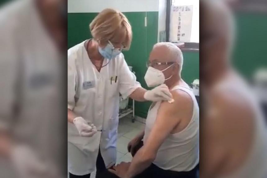 Era primio vakcinu protiv korona virusa pa se oglasio!