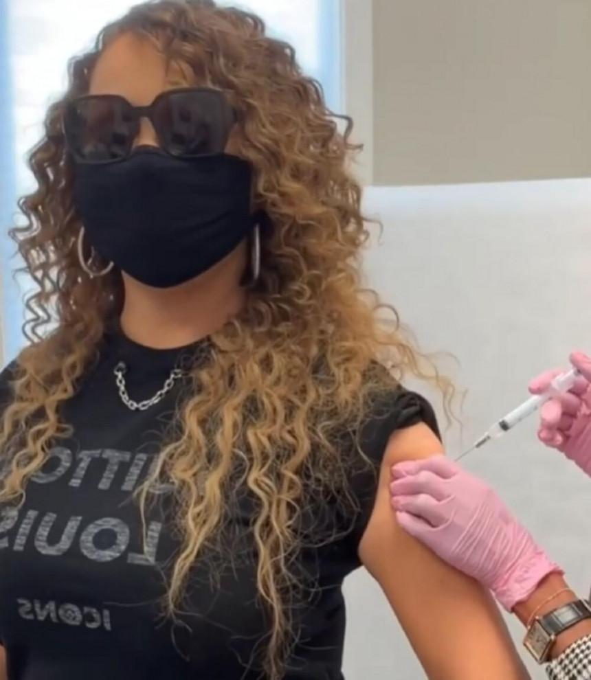Maraja  Keri se vakcinisala pa snimkom na Instagramu nasmejala pratioce!