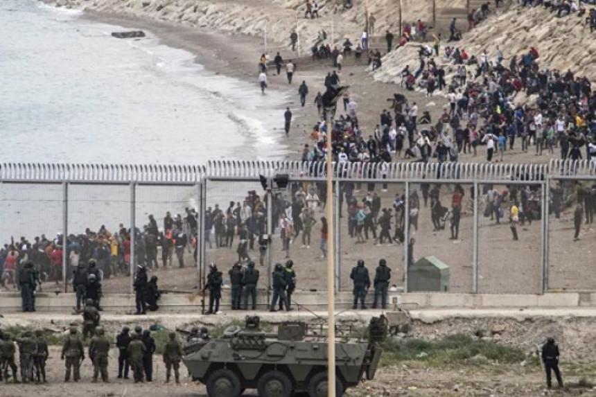 Hiljade migranata u Seuti, poslata vojska na granicu