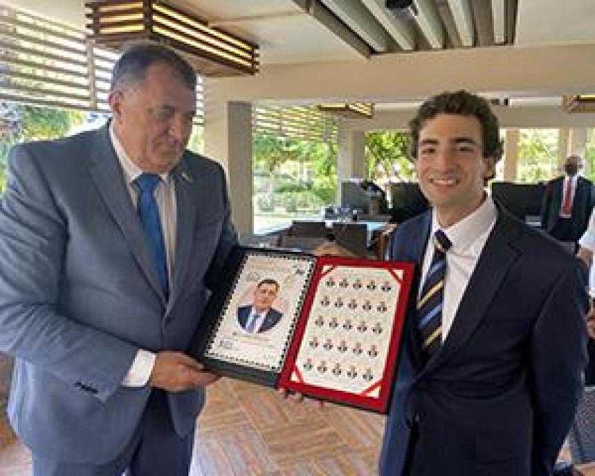 Turci uručili Dodiku promotivnu markicu sa njegovim likom