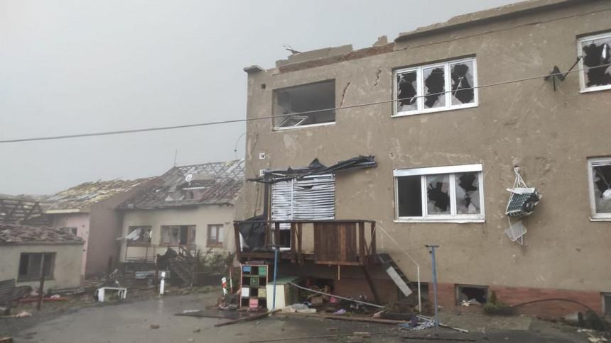 Snimci razornog tornada: Oluja nosi sve pred sobom