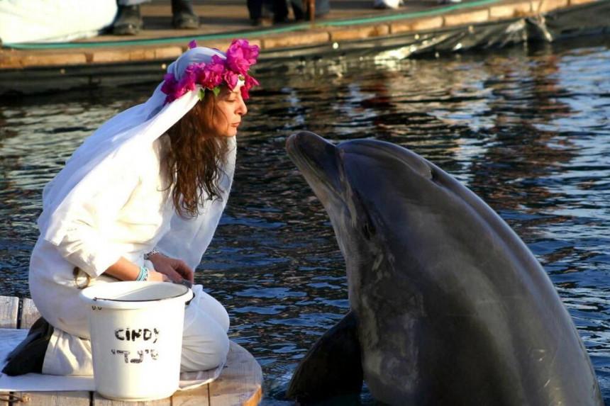 Milionerka koja se udala za delfina postala udovica! (VIDEO)