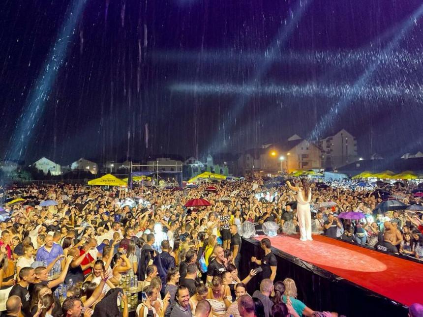 Zbog koncerta na kiši Ceca danima primala injekcije!
