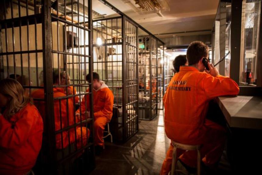 """U Londonu postoji neobičan """"zatvorski"""" koktel bar! (VIDEO)"""