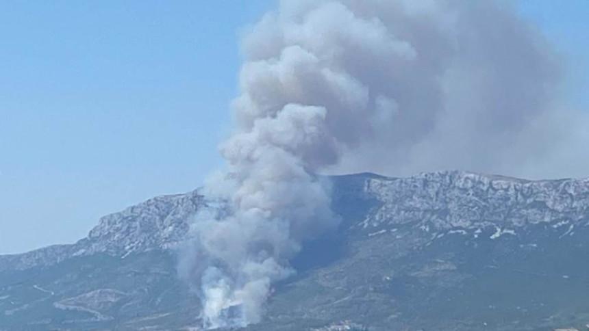 Велики пожар у Неуму, ватрогасци траже помоћ (ВИДЕО)
