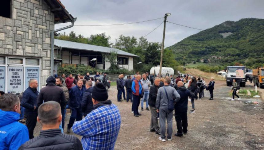 Број окупљених на Јарињу све већи, људи доносе храну