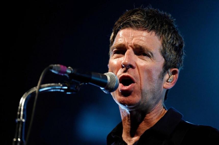 "Pevač grupe ""Oasis"" ispao iz helkoptera, pa objavom uznemirio fanove!"