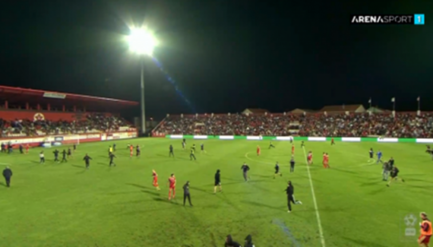 Navijači prekinuli utakmicu Veleža i Borca (VIDEO)