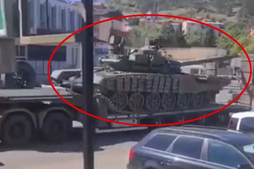 Kolona tenkova Vojske Srbije na putu ka Jarinju